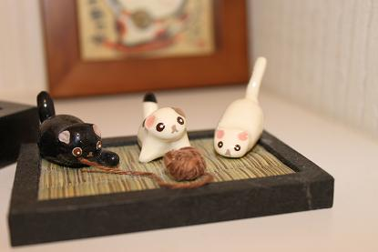 毛糸で遊ぶネコ