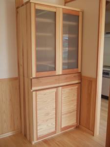 杉材のシンプル食器棚