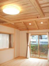 木の香る勾配天井の家