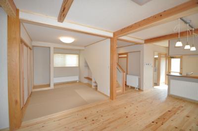 広がりの居間と和室