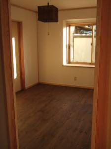洋室ウォールナット色の床