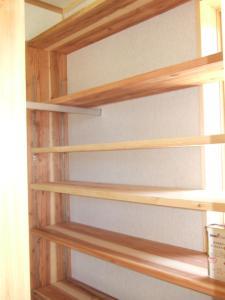 杉板の玄関収納棚