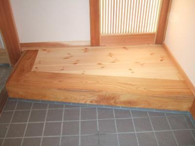 玄関どっしり欅の上り框