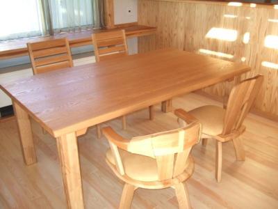 タモ材のテーブル
