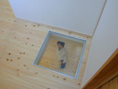 ガラスの床