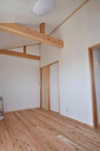 子供室勾配天井に杉の梁