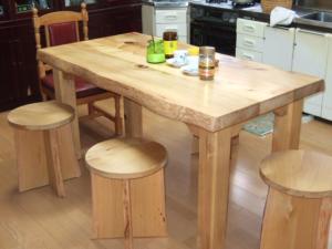 青森ひば材のテーブルと丸イス