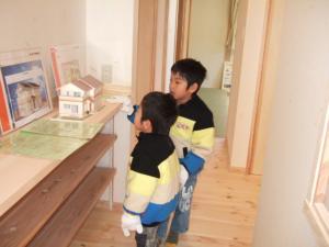 完成見学会で模型を見ている子供達