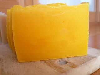 レッドパームオイルでオレンジ色の石鹸