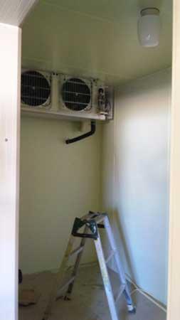 プレハブ冷凍庫の中。デッカイエンジンだ!