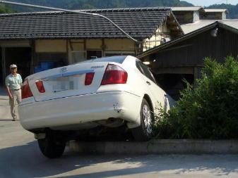 倉庫に突っ込んだ車1