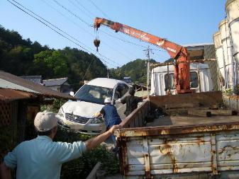倉庫に突っ込んだ車3