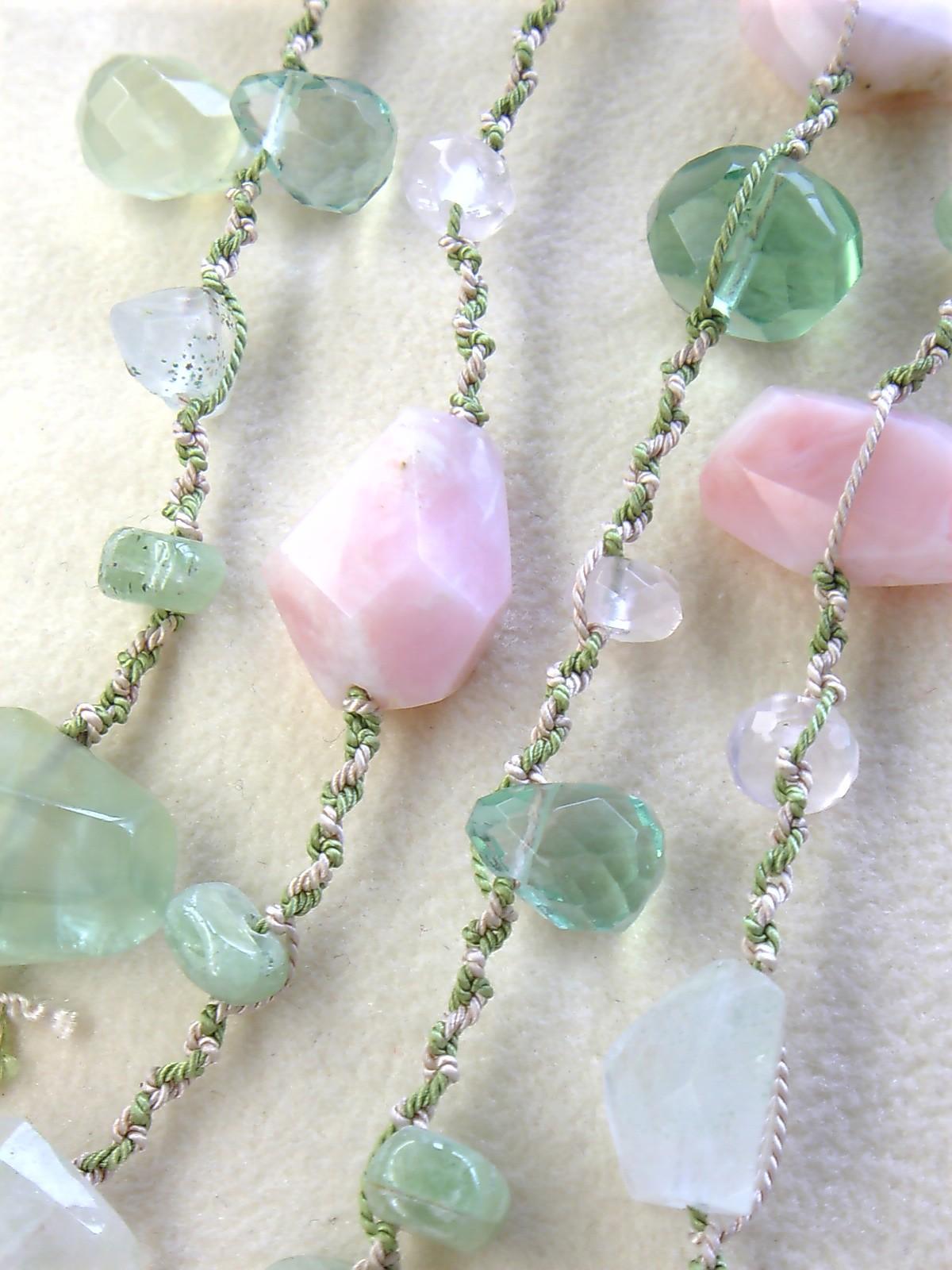 ピンク・オパールと若草色の石たちの春色・絹紐ネックレス