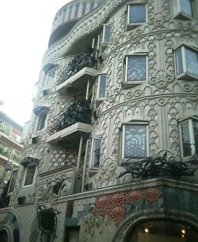 怪しい建物 建物を見上げると1