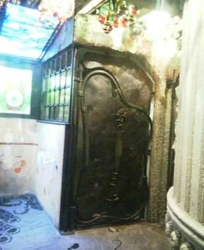 怪しい建物 地下への扉