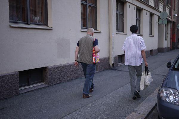 お店から歩いてオイバ先生の家へ.JPG