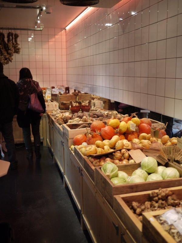 野菜売り場は部屋その物が冷蔵庫です。.JPG