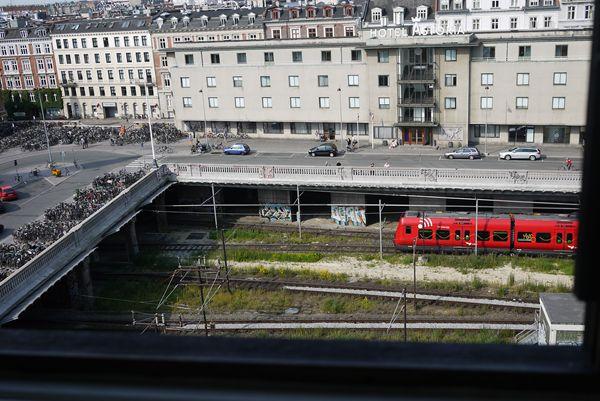 沢山の列車がすぐ近くを走っていきます。鉄オタには絶好の部屋かもしれない。.JPG