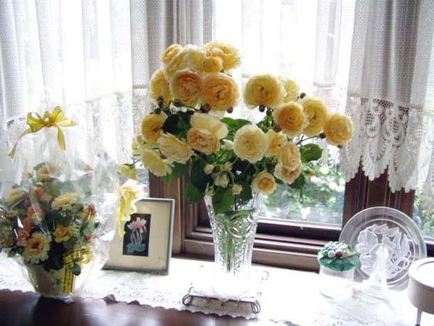 ガラスの花器に入ったバラ