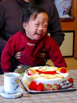 ケーキを前に喜ぶひろくん