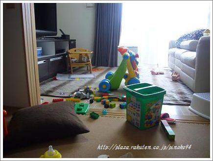 おもちゃ散乱リビング