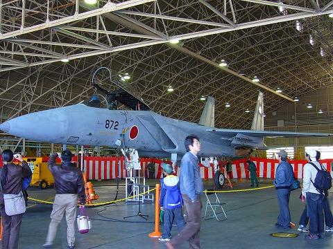 格納庫のF-15。