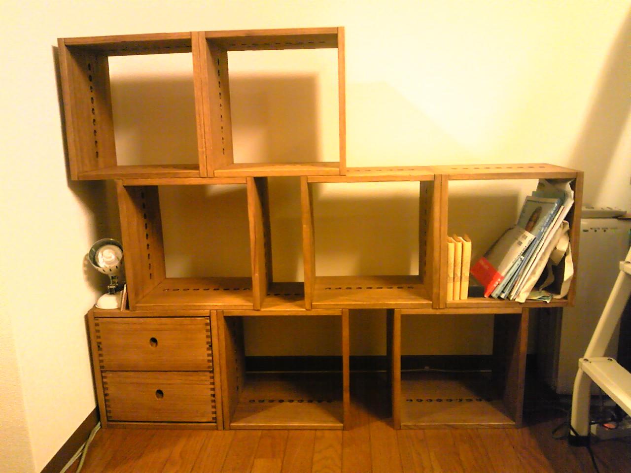 【自在に組める棚】 部屋の形状や雰囲気に合わせて自由に組み合わせることが出来る棚で、非常に重宝します。テレビラックに引き続き、リピートで本棚を作成してみました。本が増えてくるようであれば、更に買い足していきたいと思っています。【子供部屋 無垢 木製 収納 ラック キューブ カラーボックス 本棚 絵本 おもちゃ 収納 図鑑 大型本】