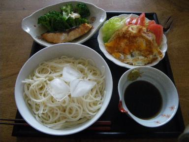 目玉焼きサラダと塩鮭ブロッコリー