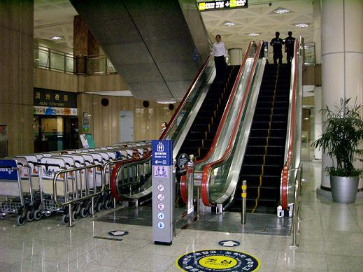 済州空港エスカレーター1.JPG