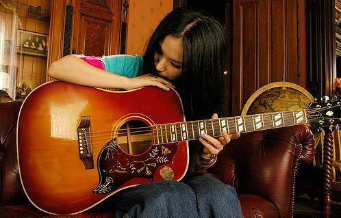 ギターにキスするsuperfly越智志帆