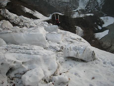 道中の雪崩の跡