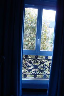 パリのホテルの窓