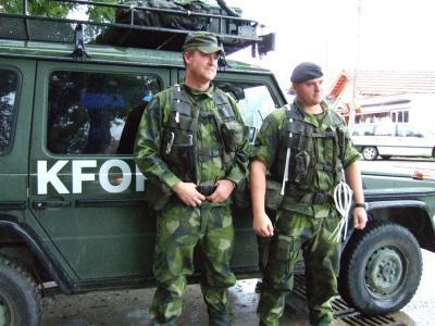 20091109セルビア正教会門前のヨーロッパ連合軍兵士