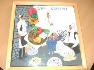 コソボの民族刺繍の絵の上の粘土細工