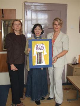コソボの子供の絵ー3(民族衣装)