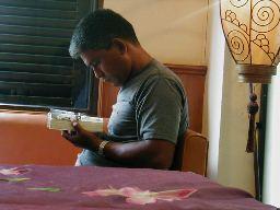 P801050549コーヒー店にて彼は熱心に「サラリーマン金太郎」を読ん.jpg