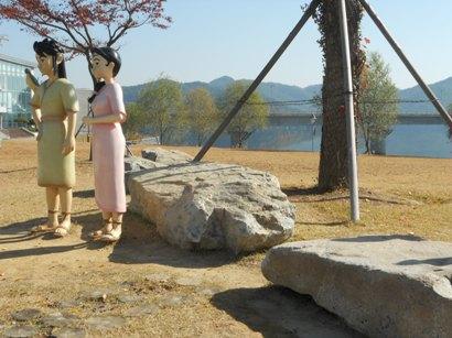 780支石墓の前に立つテピョンにとチンジュ.JPG