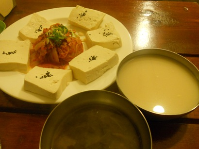 2448豆腐キムチとマッコリ.JPG