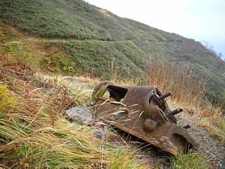 鉱山道沿いの残骸