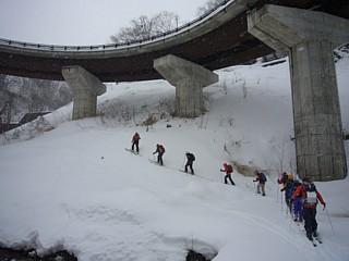 ループ橋の下をシール登高