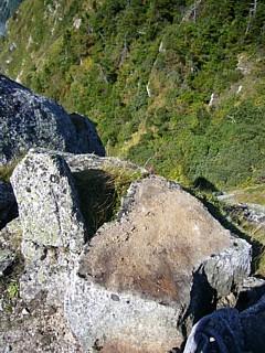 ずり落ちた岩の断面
