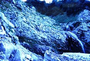 シュルンドの先に滝がかかる
