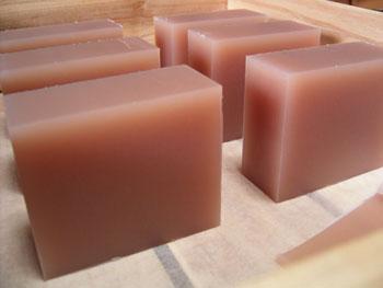 マカデミアナッツオイルの石けん切り分け・整形