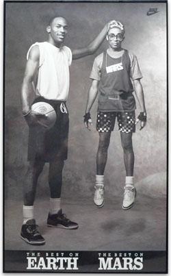 画像はマイケル・ジョーダンとスパイク・リー共演のエアジョーダンのポスターです。 スパイク・リーがジャンプした瞬間に撮ったんでしょうね。