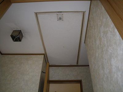 屋根裏収納階段
