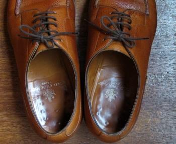 こんなおっさんの靴の中なんか見せていいものか恐縮なんだけどかなり沈んで底の釘頭の形が出てしまってますが、まったく痛いとか違和感とかはありません。