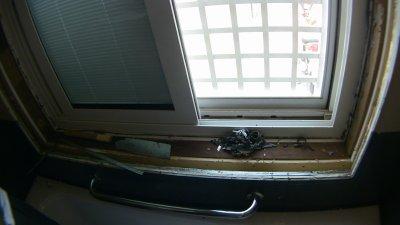 浴室の窓枠が外された状態