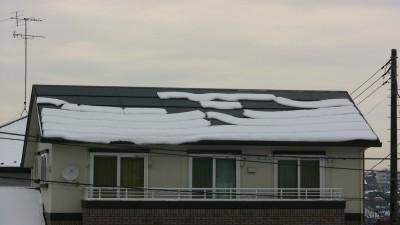 太陽電池パネルに積もった雪(9時)