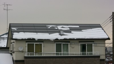 太陽電池パネルに積もった雪(12時)