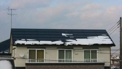 太陽電池パネルに積もった雪(15時)